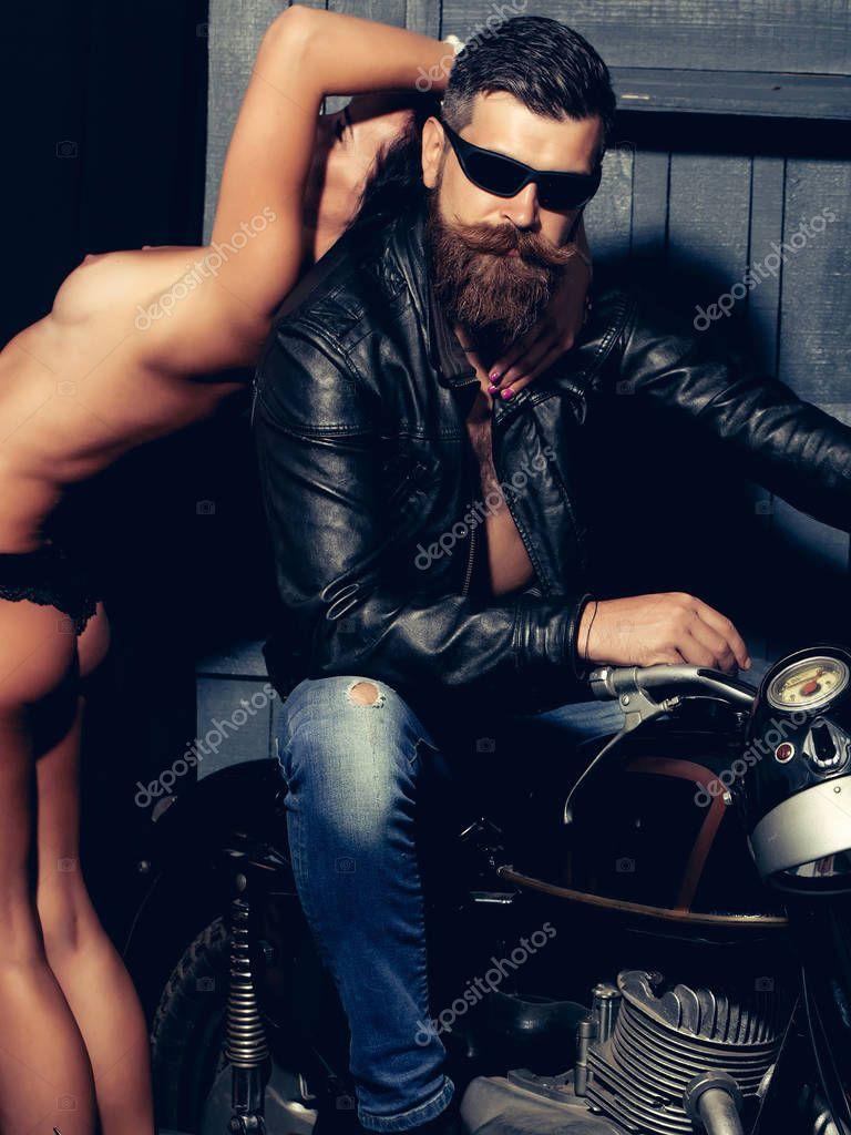Бородатый байкер отсасывает у другого вечеринки